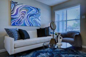 Salon ozdobiony obrazami na ścianie