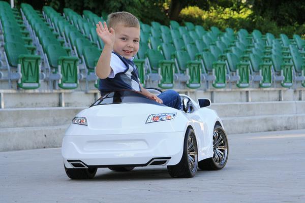 Radość dziecka z najlepszego auta na akumulator