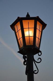 Dlaczego warto stosować latarnie solarne?