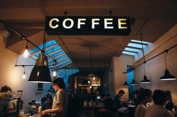 kolorowe fotele kawiarniane