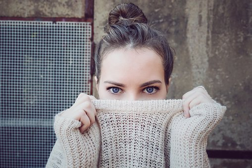 modny sweter wełniany